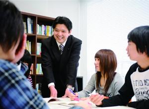 「1/1の教育」の教育理念と「生徒第一」の想いを込めて、2012年4月に新しく誕生した「第一学院高等学校」 (ウィザス高等学校・ウィザス ナビ高等学校から校名変更) は、夢を実現できる「チャレンジ・再チャレンジ支援」のための学校である。  本校では生徒一人ひとりに応じた自他肯定感を育む教育(「もっともっと自分も周りの人も好きになる」自分づくりの教育)、生徒自身が自分を意欲喚起できる独自の教育で、社会で活躍できる人づくりに全力で取り組んでいる。  生徒自信が自分を意欲喚起できる、第一学院高等学校独自の教育メソッド「EMS」(The Educational Method of Self-motivation)では、最近の脳研究の成果を活かした新しい教育手法で、マイナスの自己像を一旦白紙化(リセット)し、プラス面をさらに伸ばす指導を行っている。  また、「明るく楽しい校風で高校生活を過ごしたい」「自分の夢の実現と高校生活を両立させたい」との生徒の思いに応え、将来に活かせる楽しい授業と、共感しあえる友だち、そして一人ひとりと向き合ってサポートしてくれる先生がいる。そして、学ぶ楽しさを実感する「教科学習」、いつもと違う体験で新たな発見を促す「体験学習」で、一人ひとりの学びたい気持ちに応えている。  さらに本校には、キャリア実現を支援する専門機関、第一学院キャリアサポートセンターがある。在学中はもちろん、卒業後も安心のサポートが受けられる。また、高校卒業後の進路である「第一学院高等学校 専攻科」を設置。通信教育による自学自習が中心なので、自分のペースで社会で役立つスキル・資格取得を目指せる。
